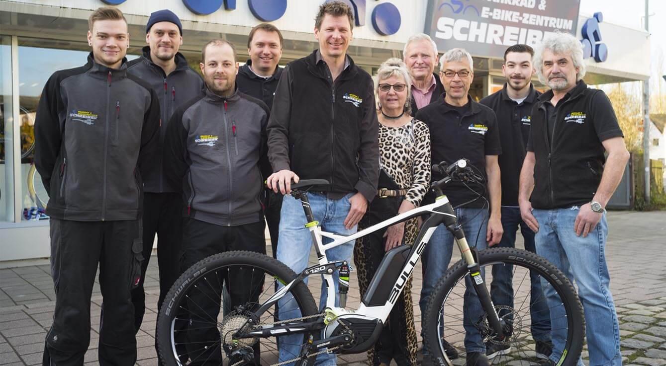 Teambild der Mitarbeiter vom Fahrradladen Fahrrad Schreiber in Erlangen. Mechaniker, Verkäufer, Chef und Seniorchef