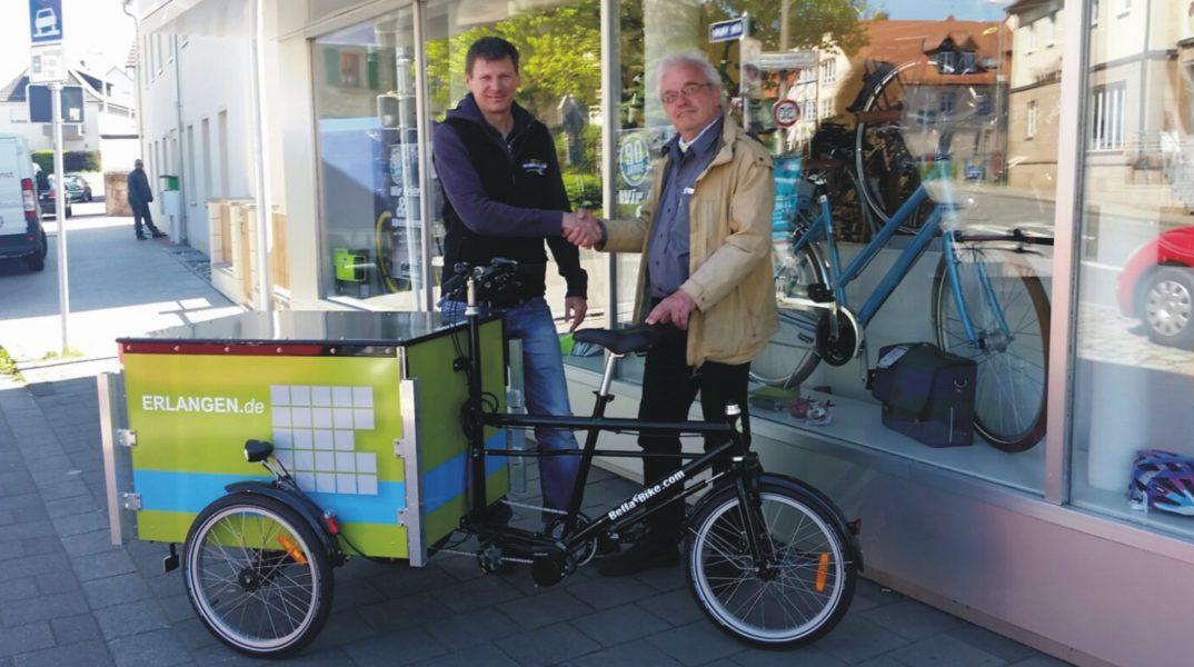 Herr Jürgen Schreiber mit Herrn Kaluzer von der Stadt Erlangen mit dem Lastenrad