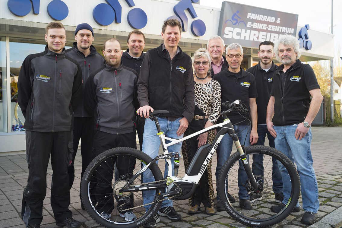 Alle Mitarbeiter vom Fahrrad Schreiber vor dem Fahrradladen in Erlangen