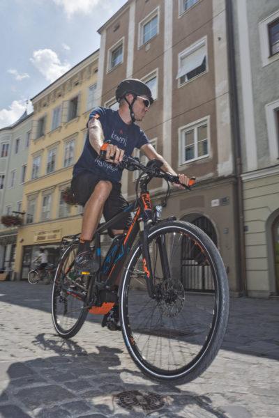 Mann fährt mit KTM Pedelec in der Innenstadt