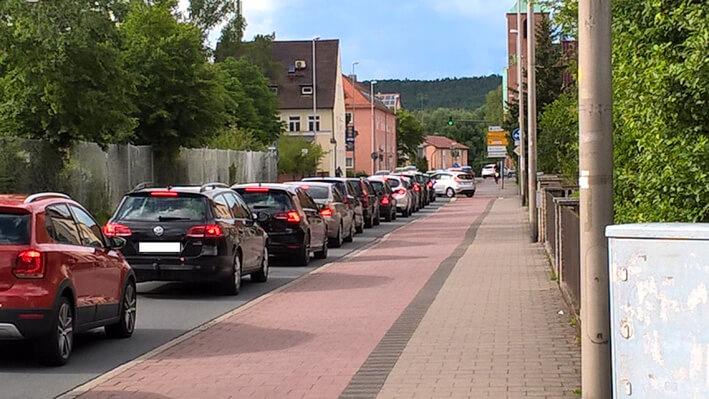 Straße mit Autos die im Stau stehen