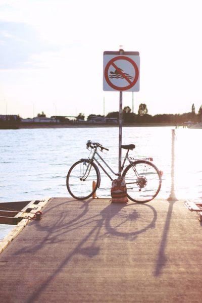 Altes Fahrrad an einem Straßenschild gelehnt