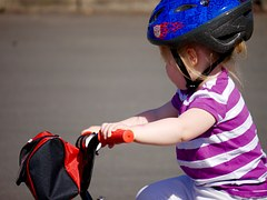 Kind auf Fahrrad mit Helm