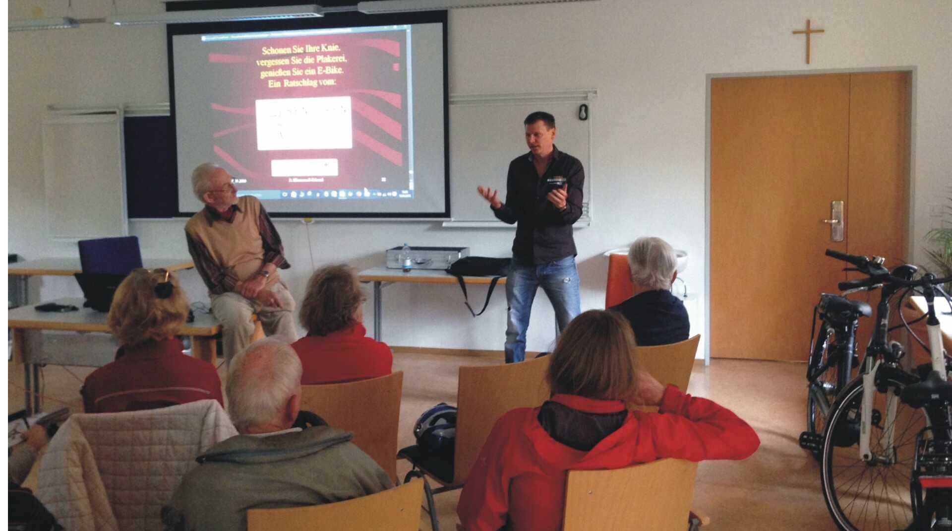 Herr Jürgen Schreiber erklärt in einem Seniorenwerk Pedelecs